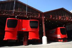 Camions de la Scuderia Ferrari dans le paddock