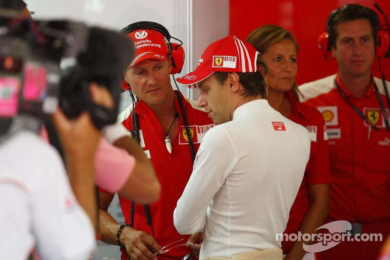Michael Schumacher, Test Pilotu, Scuderia Ferrari garajı ve Luca Badoer, Test Pilotu, Scuderia Ferra