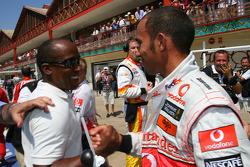 Ganador de la pole Lewis Hamilton, McLaren Mercedes celebra con su padre Anthony Hamilton