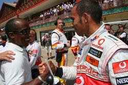 Lewis Hamilton, McLaren Mercedes celebra la pole con su padre, Anthony Hamilton