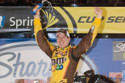 Victory lane : vainqueur Kyle Busch, Joe Gibbs Racing Toyota célèbre