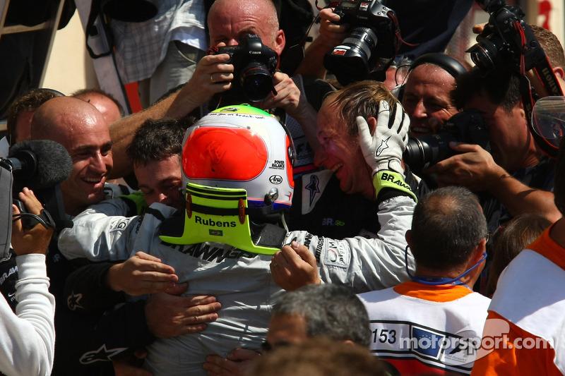 Yarış galibi Rubens Barrichello, BrawnGP kutlama yapıyor