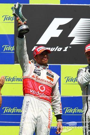 Podio: el segundo clasificado Lewis Hamilton, McLaren Mercedes