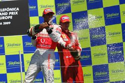 Podio: champagne para el segundo clasificado Lewis Hamilton, McLaren Mercedes