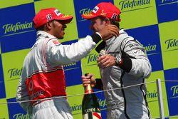 Podio: ganador de la carrera Rubens Barrichello, BrawnGP, con el segundo clasificado Lewis Hamilton,