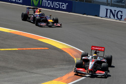Lewis Hamilton, McLaren Mercedes devant Mark Webber, Red Bull Racing