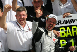 Race winner Rubens Barrichello, BrawnGP celebrates with Ross Brawn and his team