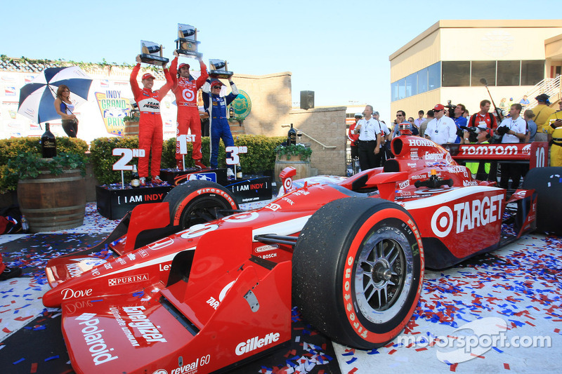 Podium: race winner Dario Franchitti, Target Chip Ganassi Racing, second place Ryan Briscoe, Team Pe