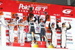 GT300 podium: class winners Kazuki Hoshino and Masataka Yanagida, second place Morio Nitta and Shini