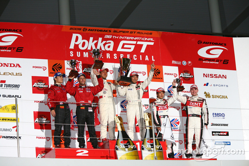 Podium GT500: victoire pour Hiroaki Ishiura et Kazuya Oshima, seconde place pour Ronnie Quintarelli