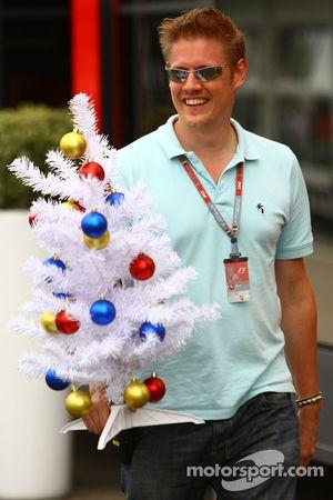 Un homme dans le paddock avec un arbre de Noël
