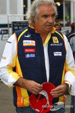 Flavio Briatore, Renault F1 Team, avec des casquettes officielles Michael Schumacher