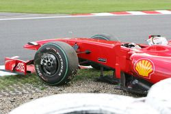 Luca Badoer, pilote d'essai de la Scuderia Ferrari est sorti de piste en qualifications