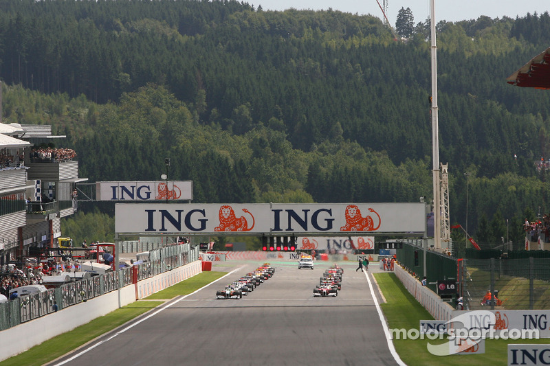 Start of the race with Giancarlo Fisichella, Force India F1 Team, Jarno Trulli, Toyota F1 Team, Nick Heidfeld, BMW Sauber F1 Team