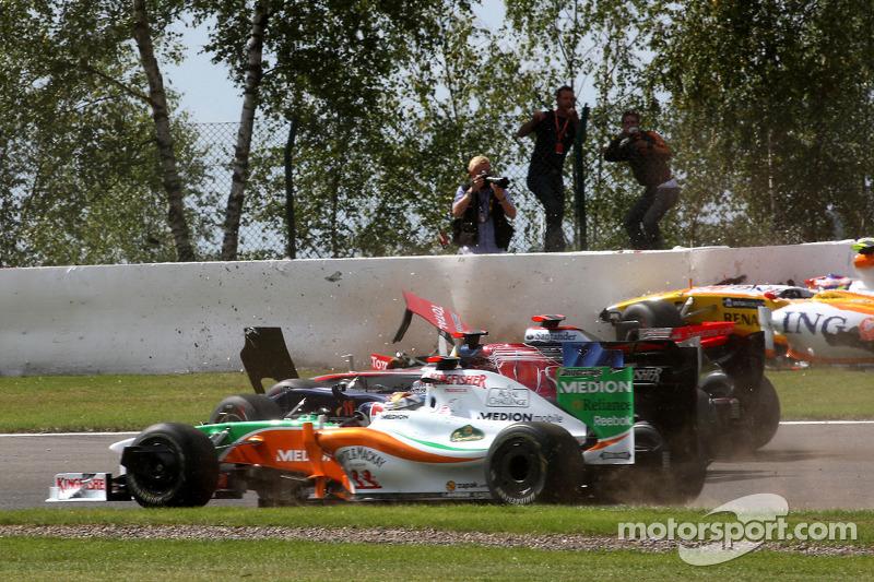 Огня гонке добавили Ромен Грожан и Хайме Альгерсуари, столкнувшиеся уже на первом круге