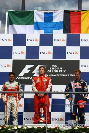 Podio: segundo lugar Giancarlo Fisichella, Force India F1 Team, ganador de la carrera Kimi Raikkonen