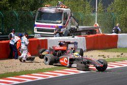 Lewis Hamilton, McLaren Mercedes et Jaime Alguersuari, Scuderia Toro Rosso abandonnent au premier tour
