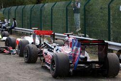 Les voitures accidentées de Jaime Alguersuari, Scuderia Toro Ross, Lewis Hamilton, McLaren Mercedes