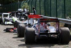Les voitures accidentées de Jenson Button, BrawnGP, Lewis Hamilton, McLaren Mercedes, Jaime Alguersuari, Scuderia Toro Rosso
