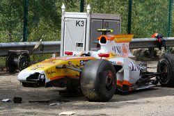 La voiture accidentée de Romain Grosjean, Renault F1 Team