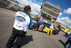 Car of Victor Gonzalez Jr. pushed to starting grid