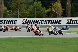 Старт: борьба Дани Педроса, Repsol Honda Team и Валентино Росси, Fiat Yamaha Team