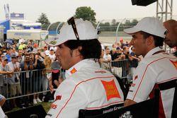 Тони Элиас, San Carlo Honda Gresini и Алекс де Анжелис, San Carlo Honda Gresini общаются с фанатами