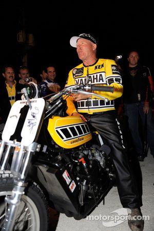 Kenny Roberts con la Yamaha TZ 750 en la milla de la pista de tierra de Indy