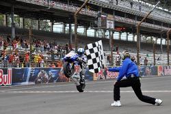 Jorge Lorenzo, Fiat Yamaha Team, prende la bandiera a scacchi