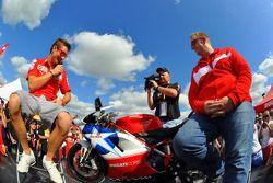 Ники Хейден, Ducati Marlboro Team в фан-зоне