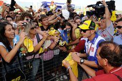 Valentino Rossi, Fiat Yamaha Team firma de autógrafos para los fans