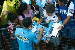 Loris Capirossi, Rizla Suzuki MotoGP firma de autógrafos para los fans