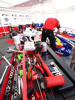 Préparation sur la voiture d'Alex Brundle