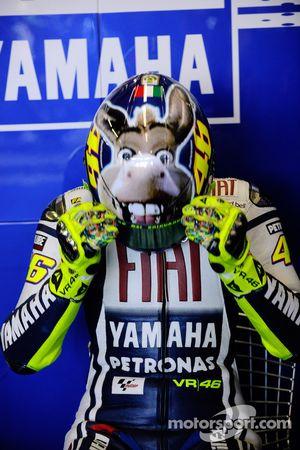 Valentino Rossi, Fiat Yamaha Team, muestra su nuevo diseño de casco con un burro