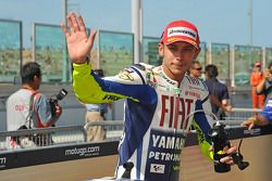 Ganador de la pole Valentino Rossi, Fiat Yamaha Team, celebra