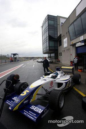 Alex Brundle changes onto slicks during qualifying