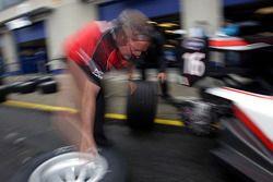 Derek Draper Mechanic changes the tyres on the car of Edoardo Piscopo