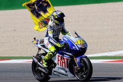 Equipo de Fiat Yamaha de Valentino Rossi del ganador de la carrera, celebra