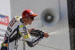 Podio: Valentino Rossi ganador de la carrera, Fiat Yamaha Team celebra con champagne
