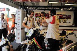 Miembros del equipo LCR Honda MotoGP en el trabajo