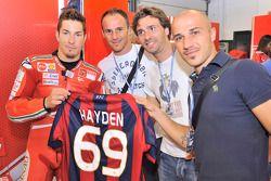 Nicky Hayden, de Ducati Marlboro Team con futbolistas Bologna FC Salvatore Lanna, Luigi Lavecchia y Francesco Valiani