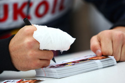 Robert Wickens signe des autographes malgré son doigt cassé