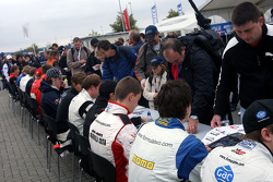 Session d'autographes en F2