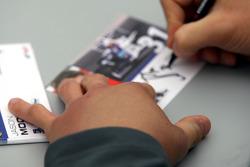 Jason Moore signe des autographes avec une main enflée lors de la séance d'autographes de pilote de F2
