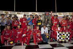 Ligne d'arrivée : le vainqueur Kasey Kahne, Richard Petty Motorsports Dodge célèbre avec Richard Petty et son équipe