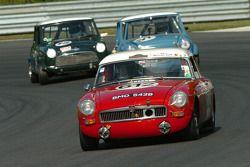 John Targett- 1964 MGB, David Reid 1964 Austin Mini et Joseph Ware- 1966 Austin Cooper