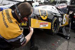 The Northern Tool, l'équipe travaille sur la voiture de Erik Darnell