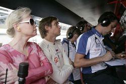 Vitaly Petrov regarde la course