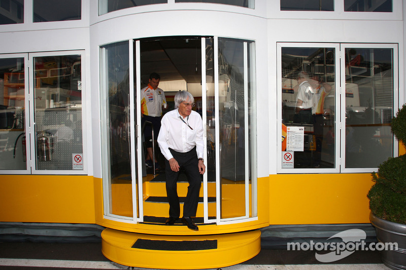 Bernie Ecclestone quitte le motorhome Renault F1 Team