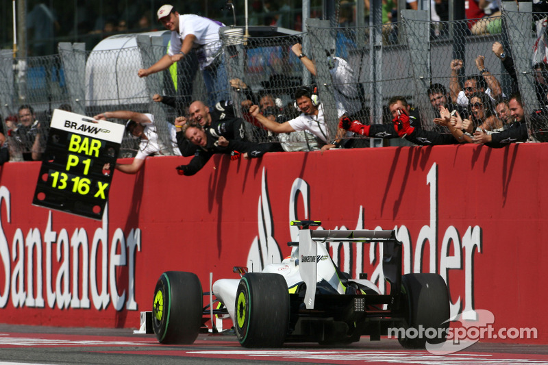 O momento que Rubens Barrichello cruzou a linha de chegada.